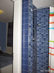 Douche en toilet van slaapkamer 2